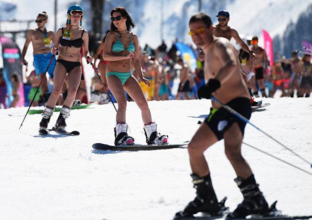 Neve, sci e bikini: il carnevale alpino di Sochi