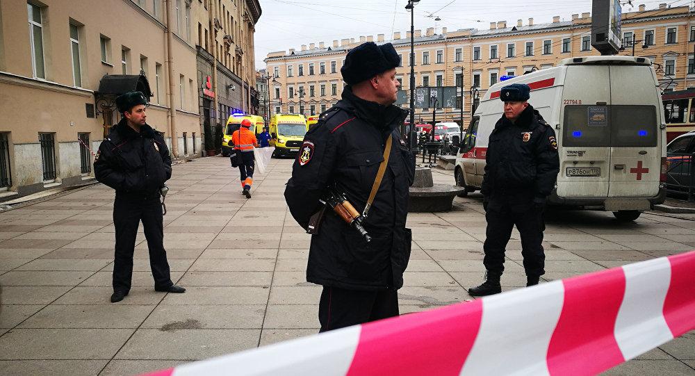 La polizia presidia l'ingresso alla stazione Technologicheskiy Institut di San Pietroburgo