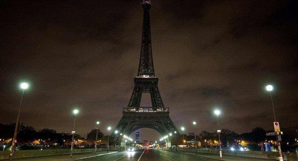 La Torre Eiffel spenta in commemorazione delle vittime dell'attentato a San Pietroburgo