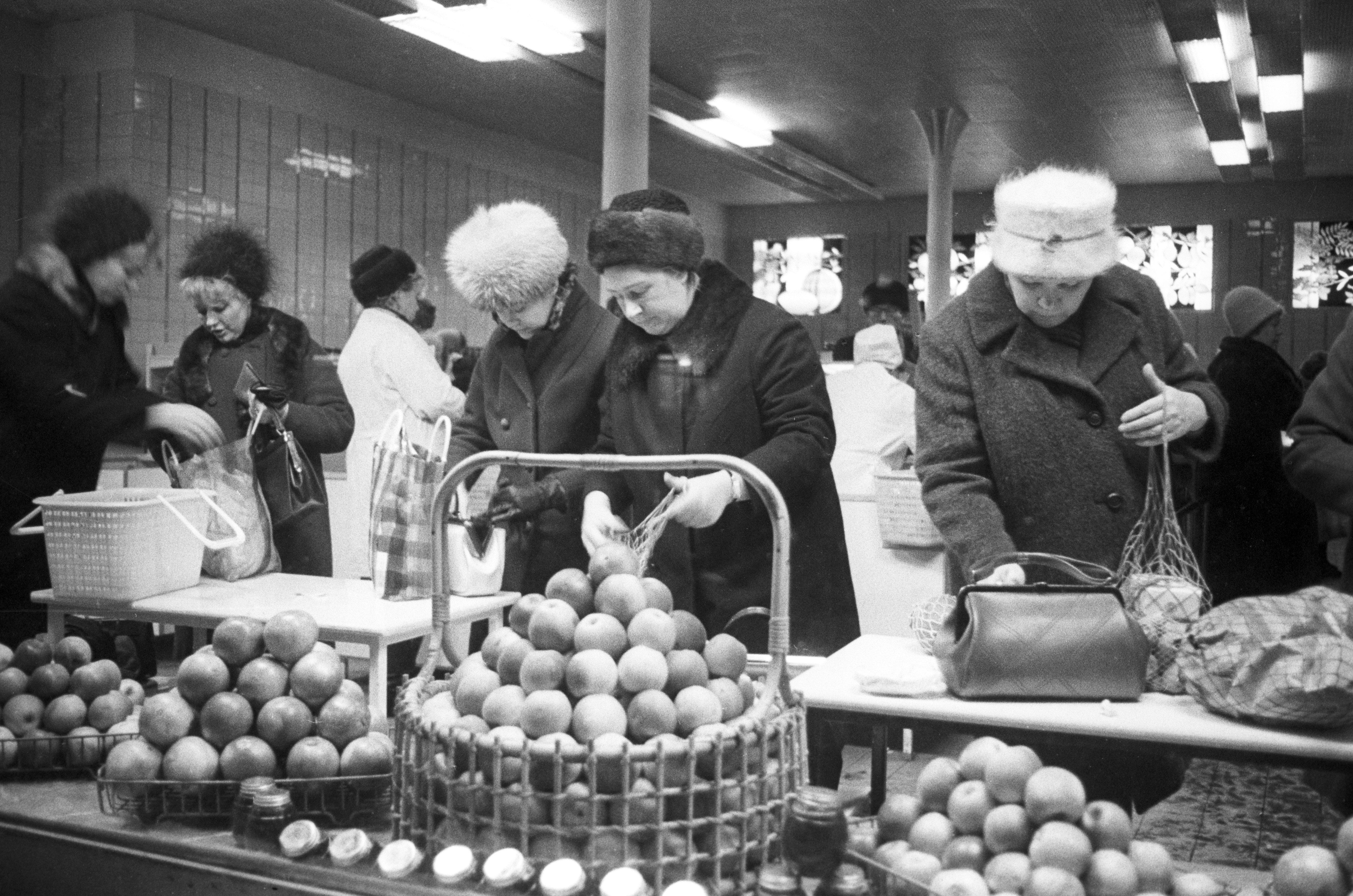 La gente compra frutta in un negozio a Mosca (foto d'archivio)