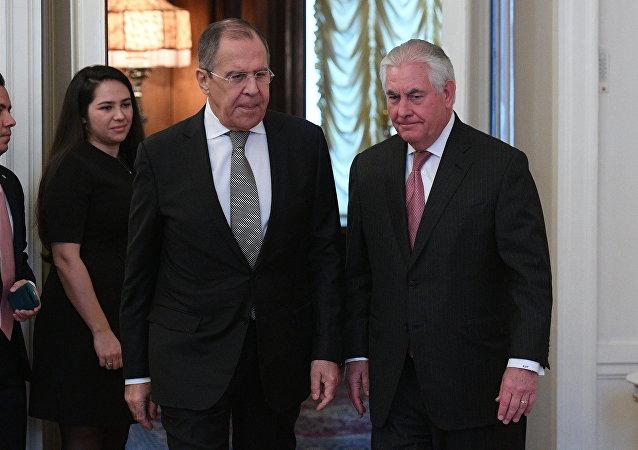 Il ministro degli Esteri russo Sergei Lavrov e il Segretario di Stato americano Rex Tillerson.