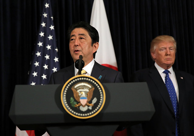 Il Primo Ministro giapponese Shinzo Abe fornisce osservazioni sulla Corea del Nord, accompagnato dal Presidente USA Donald Trump, al Mar-a-Lago club di Palm Beach, Florida, USA, 11 febbraio 2017