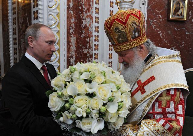 Il presidente russo Vladimir Putin ha partecipato alla tradizionale messa di Pasqua durante la notte nella cattedrale del Cristo Salvatore di Mosca sabato.