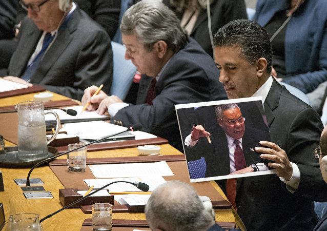 L'ambasciatore della Bolivia Sacha Sergio Llorenti Soliz ha mostrato all'assemblea generale dell'ONU una foto di Colin Powell quando ragliava sulle armi chimiche di Saddam Hussain.