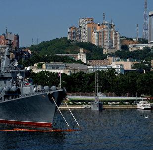 L'incrociatore russo Varyag approda nel porto di Manila