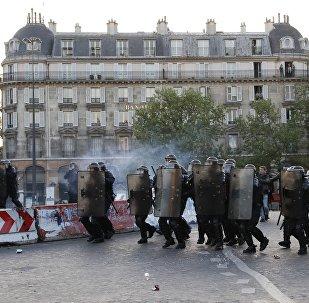 la marcia di protesta da piazza della Bastiglia a Parigi dopo l'annuncio dei primi risultati delle elezioni presidenziali