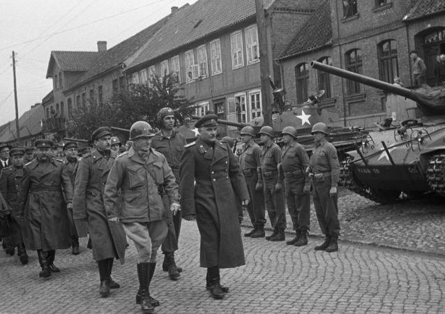 Truppe americane e sovietiche in Germania (foto d'archivio)