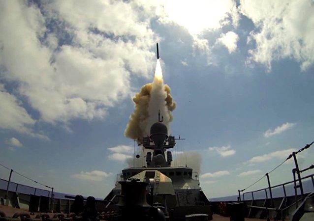 Nave militare russa lancia missile da crociera