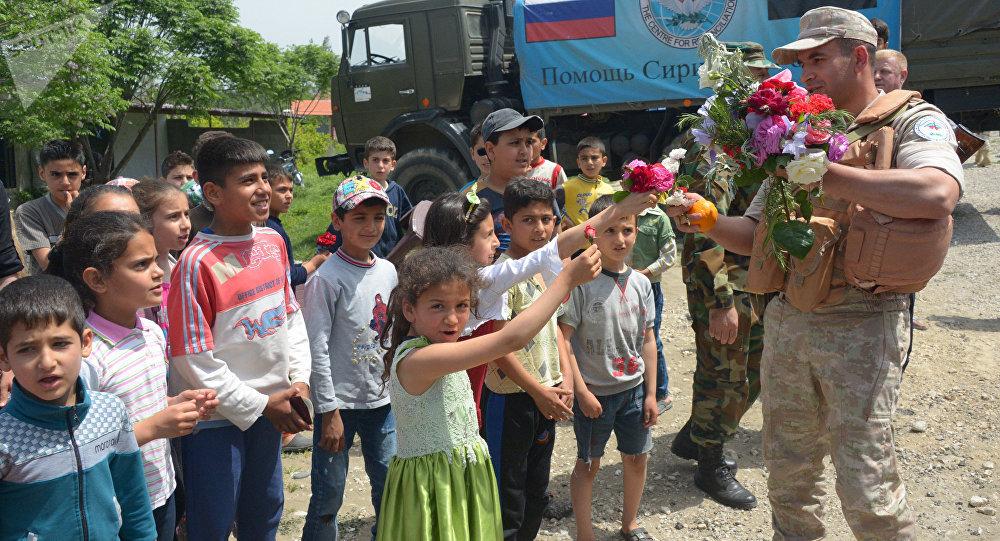Siria, abitanti di villaggio di montagna accolgono i militari russi con dei fiori