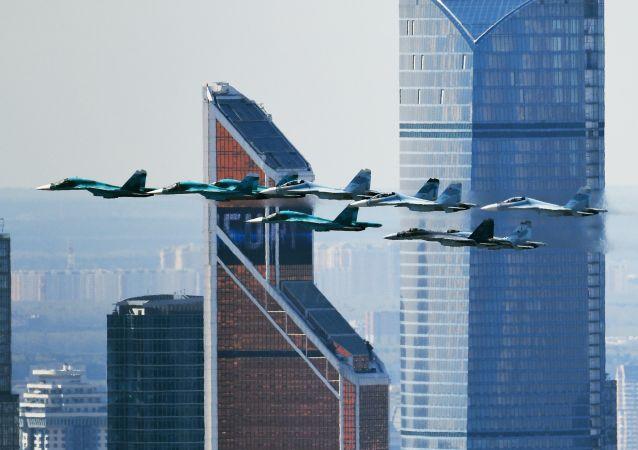 Истребитель Су-35 и истребители-бомбардировщики Су-27 и Су-34 на репетиции воздушной части парада Победы в Москве