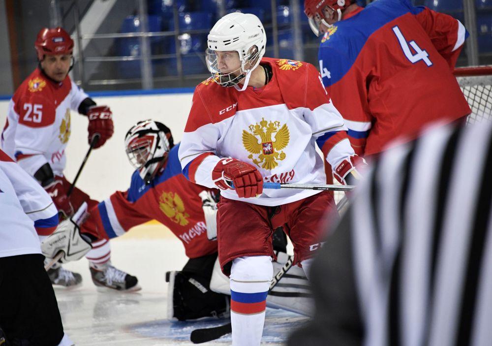 Il presidente russo Vladimir Putin durante un allenamento di hockey sul giaccio.
