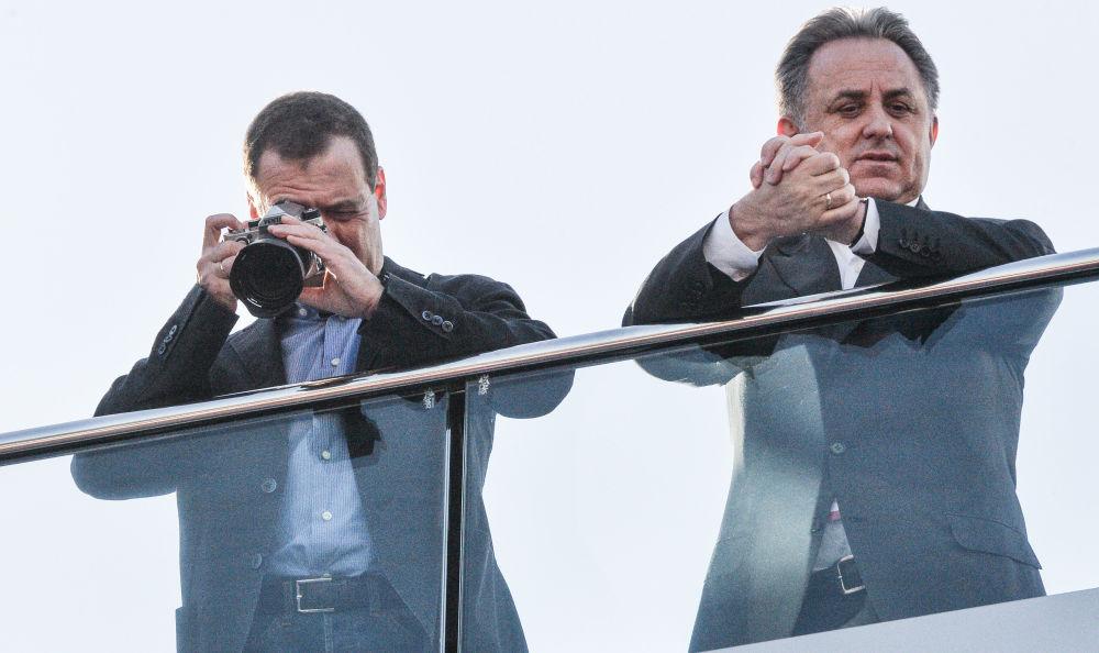 Il primo ministro russo Dmitry Medvedev e il suo vice Vitaly Mutko guardano la gara della tappa russa del campionato mondiale Formula-1.