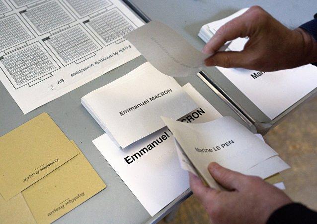 Schede elettorali per il ballottaggio delle presidenziali francesi
