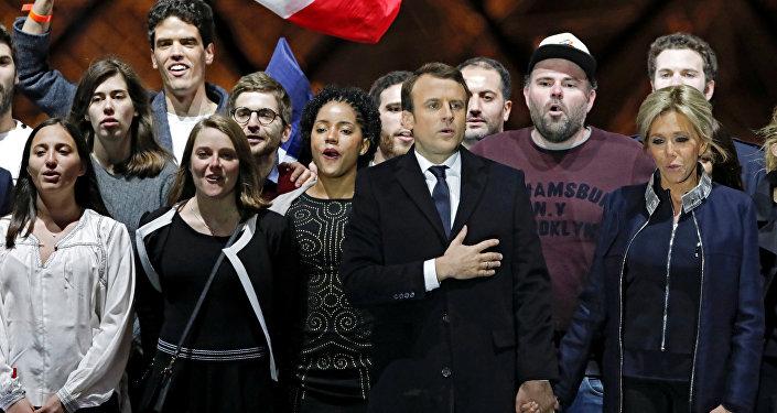 Il presidente eletto francese Emmanuel Macron e sua moglie Brigitte Trogneux celebrano la vittoria alla spinata del Louvre.