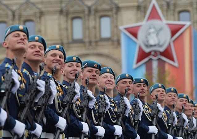I paracadutisti dell'esercito russo sfilano sulla Piazza Rossa.