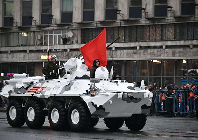 Sulla piazza Rossa sfilano i mezzi di contraerea delle truppe Artiche