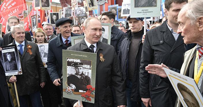 Anche Putin prende parte alla marcia del Reggimento Immortale