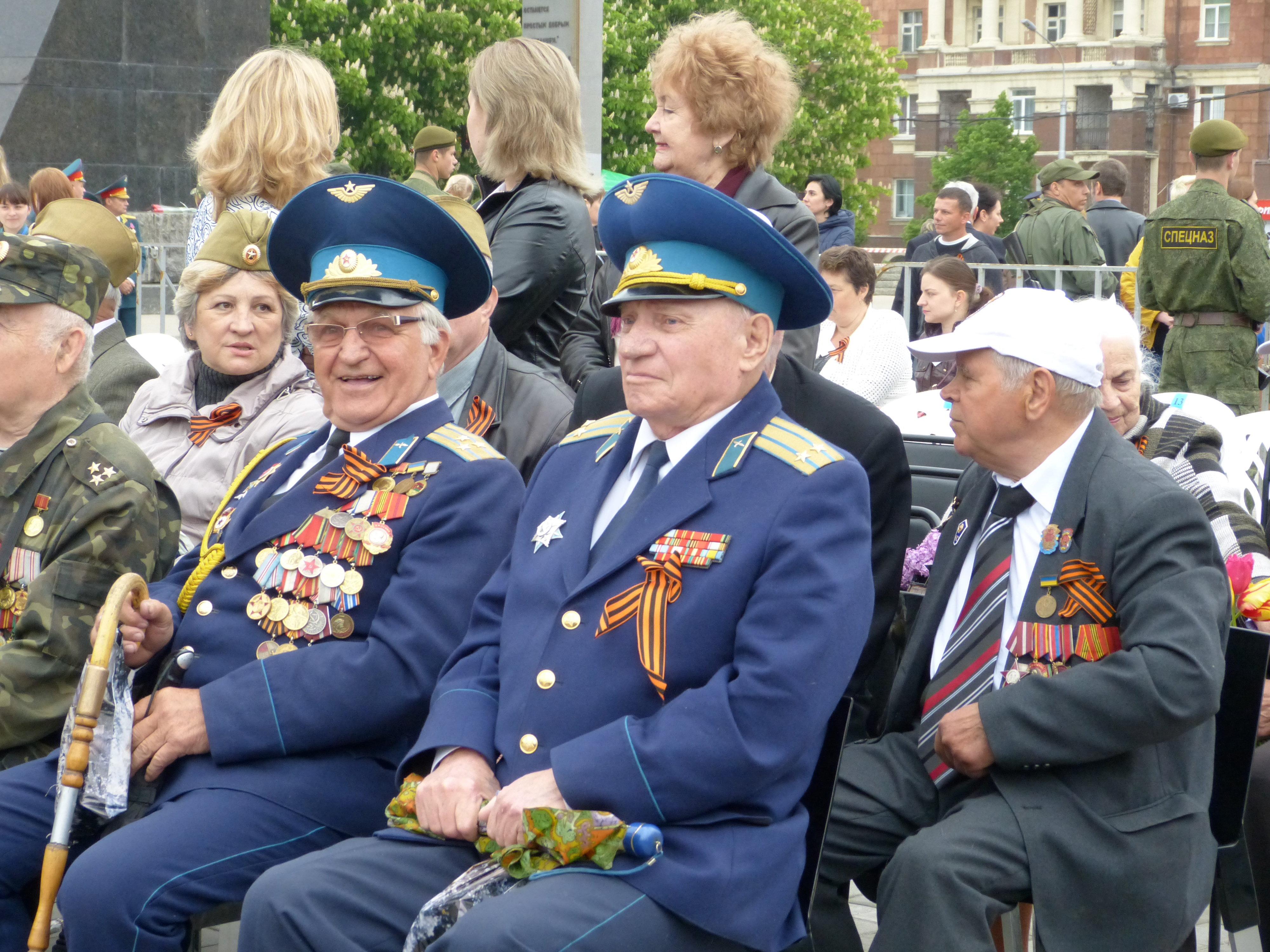 A donetsk si continua a celebrare il giorno della vittoria - Papaveri e veterani giorno di papaveri e veterani ...