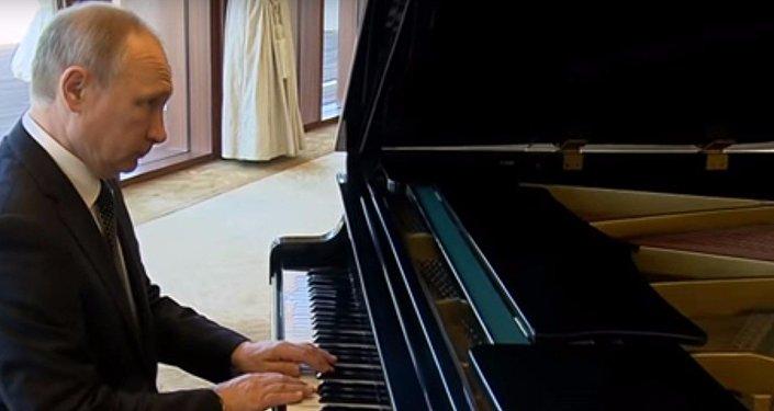 Putin suona il pianoforte