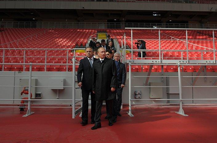 Vladimir Putin, ispeziona lo stadio Otrkytie Arena, già inaugurato, dove si svolgerà la semifinale dei mondiali 2018.