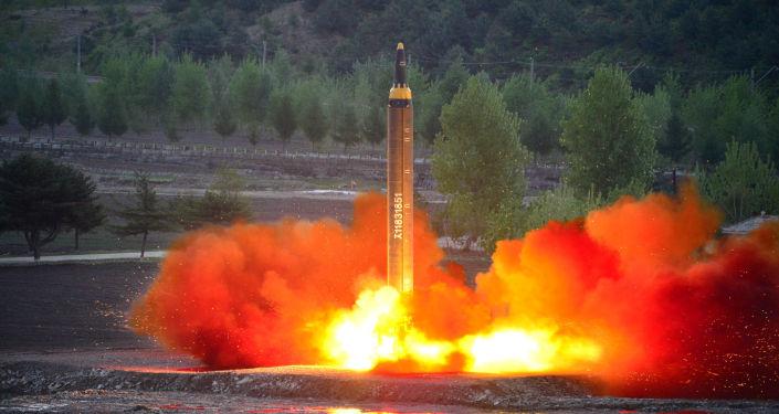 Il lancio del missile balistico Hwasong-12