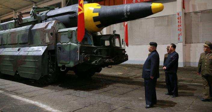 Il leader nordcoreano Kim Joing un ispeziona il missile prima del lancio.