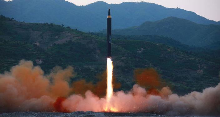 Il momento del lancio del missile balistico Hwasong-12