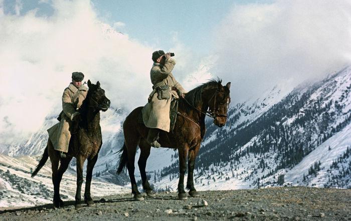 La guardia frontiera sulle montagne del Tian Shan.