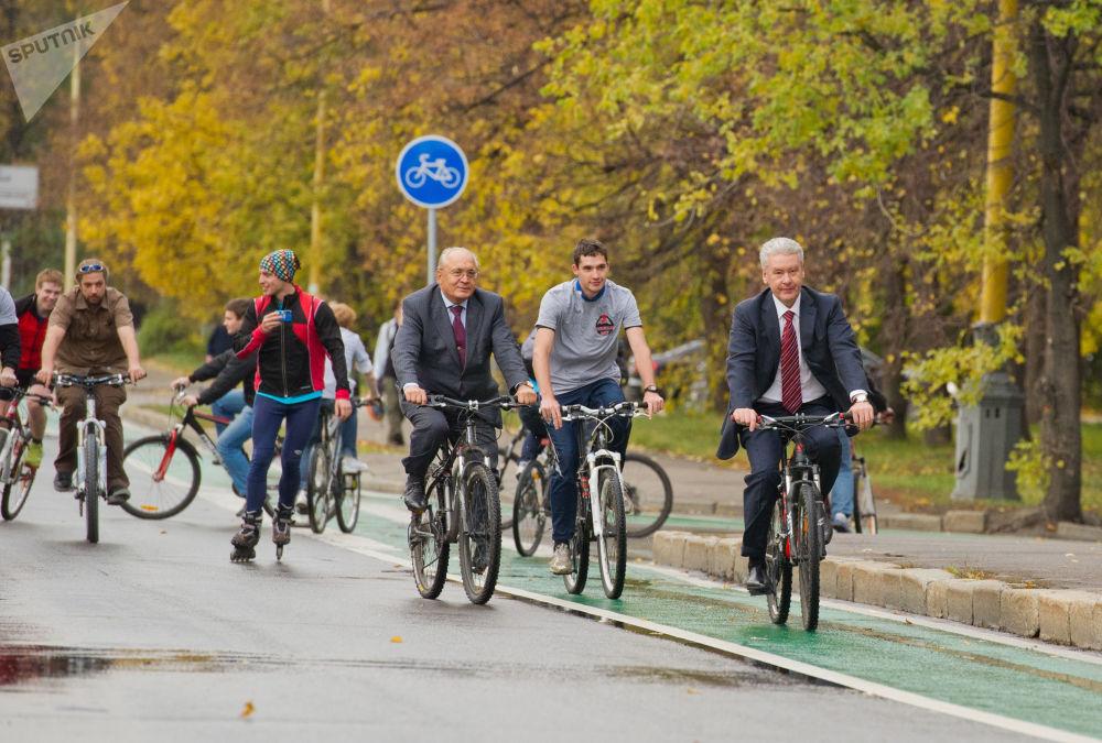 Il rettore dell'Università Statale di Mosca Lomonosov, Viktor Sadovnichy, e il sindaco di Mosca, Sergei Sobyanin, vanno in bicicletta nei pressi dell'università.