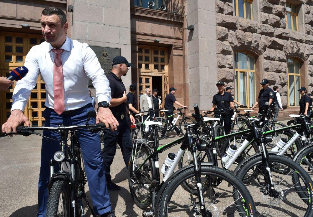 Il sindaco di Kiev Vitaly Klitschko in bicicletta.