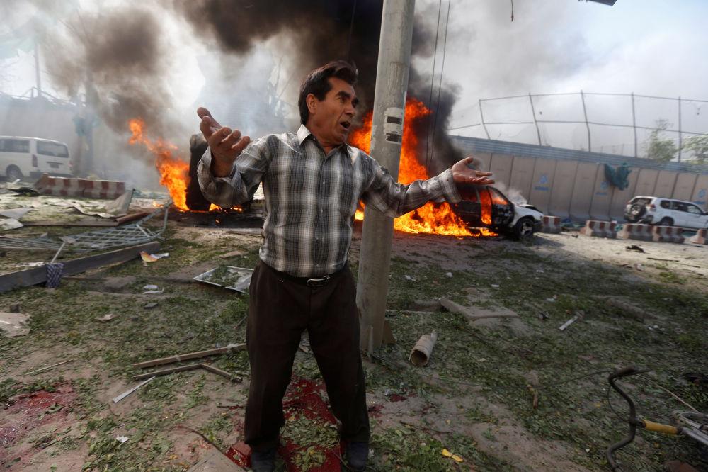 Un uomo al sito dell'esplosione a Kabul, Afghanistan.