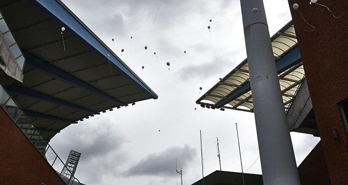 I 39 palloncini con i nomi delle vittime si alzano nel cielo di Bruxelles, 30 anni dopo la tragedia dell'Heysel.