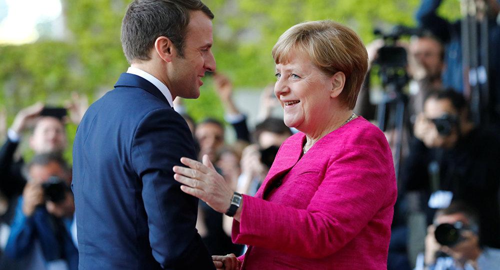 Emmanuel Macron ed Angela Merkel (foto d'archivio)