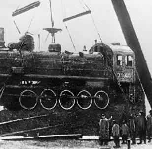 Gli operai delle officine ferroviarie di Kronstadt scaricano una locomotiva