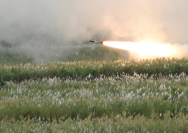 Un missile lanciato da un lanciarazzi multiplo M142 HIMARS
