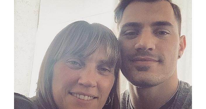 James Troisi con sua madre Natasha, di origini greche