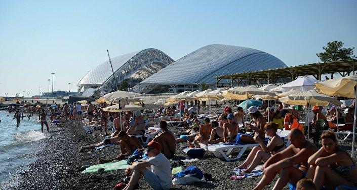 Lo stadio Fisht di Sochi e la vicina spiaggia