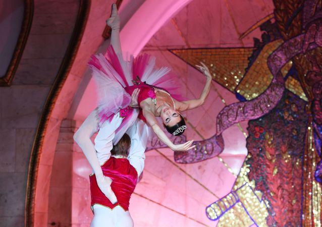 il balletto del teatro Bolshoi si esibisce nella metropolitana di Mosca (foto d'archivio)