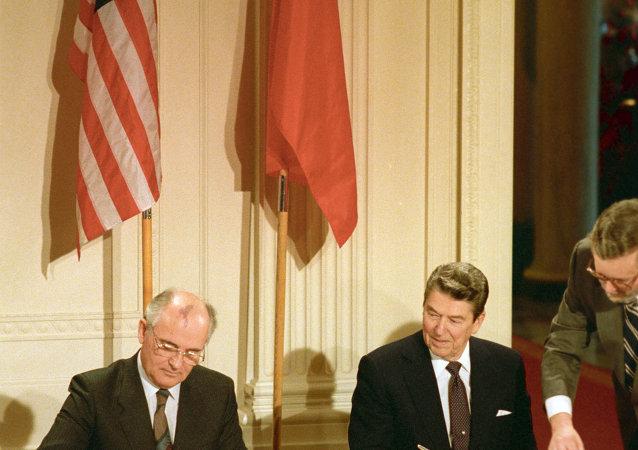 1987, Ronald Reagan e Mikhail Gorbachev firmano il trattato INF