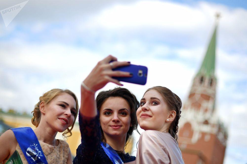 Le ragazze si fanno selfie in Piazza Rossa.
