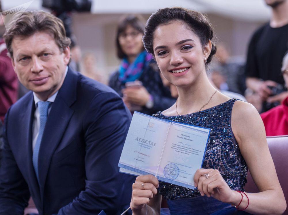 Evegniya Medvedeva riceve il suo diploma.