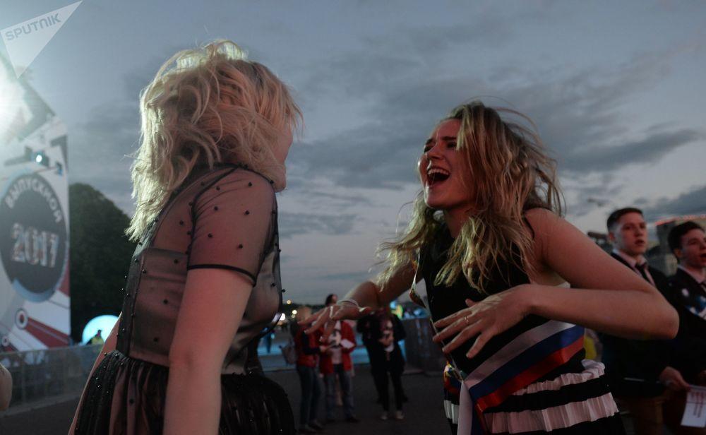 Le ragazze ballano nel Parco di Gorkiy durante le celebrazioni.
