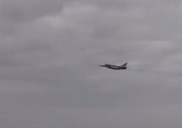 Caccia russo passa sopra un cacciatorpediniere statunitense