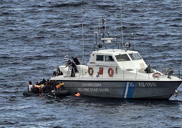 Un motoscafo della guardia costiera greca mentre salva rifugiati
