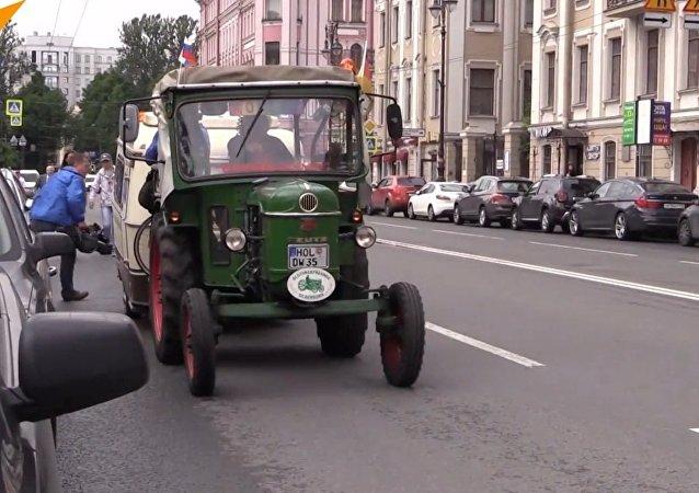 Pensionato tedesco raggiunge San Pietroburgo con un trattore degli anni '60