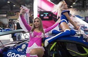 Due ragazze immagine si scattano un selfie al salone del tuning di Mosca