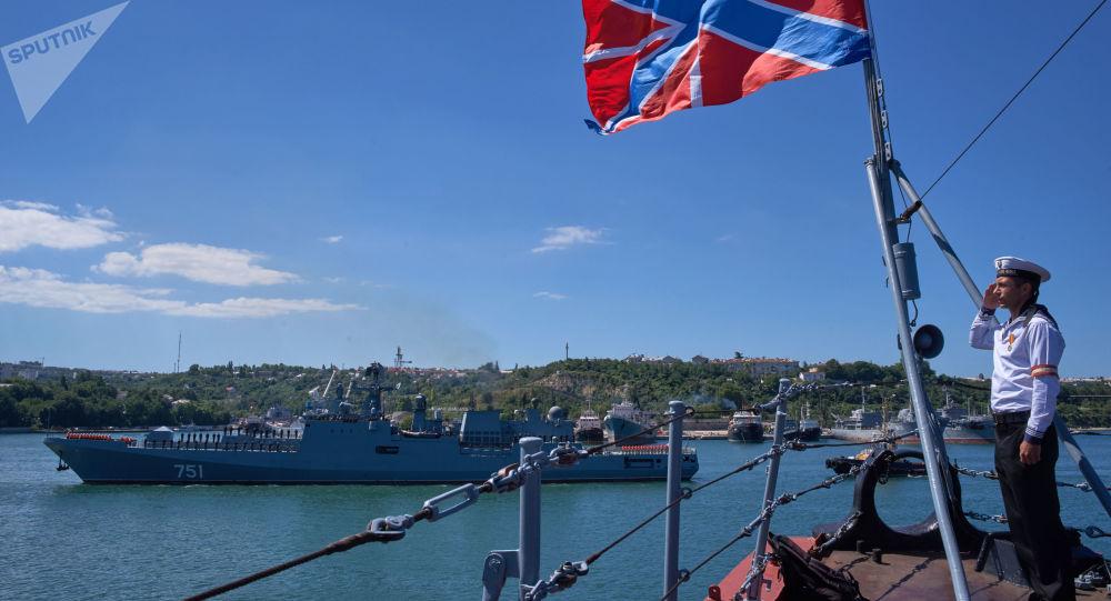 La bandiera di bompresso della flotta russa, issata alla prua della nave