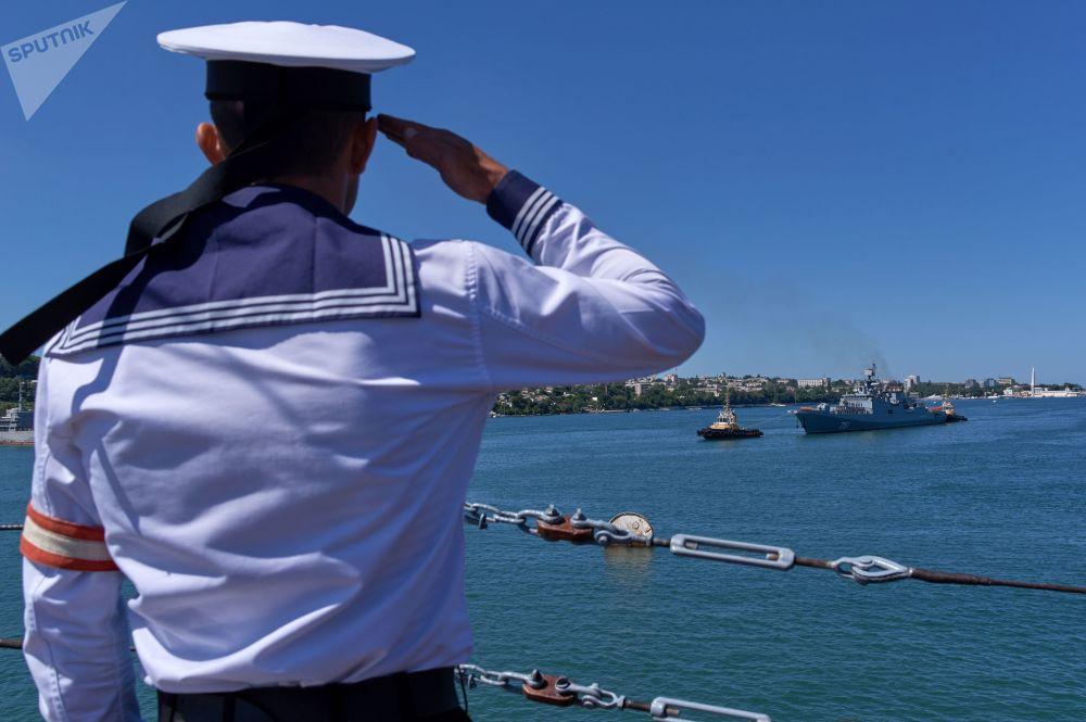 L'arrivo della fregata Admiral Essen a Sebastopoli dalla Siria