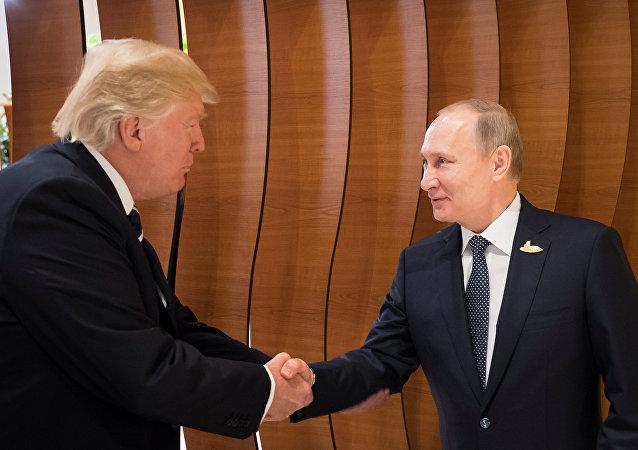 Stretta di mano tra Donald Trump e Vladimir Putin al G20 di Amburgo