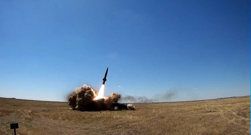 Il lancio di un missile dal complesso lanciamissili Tochka-U.